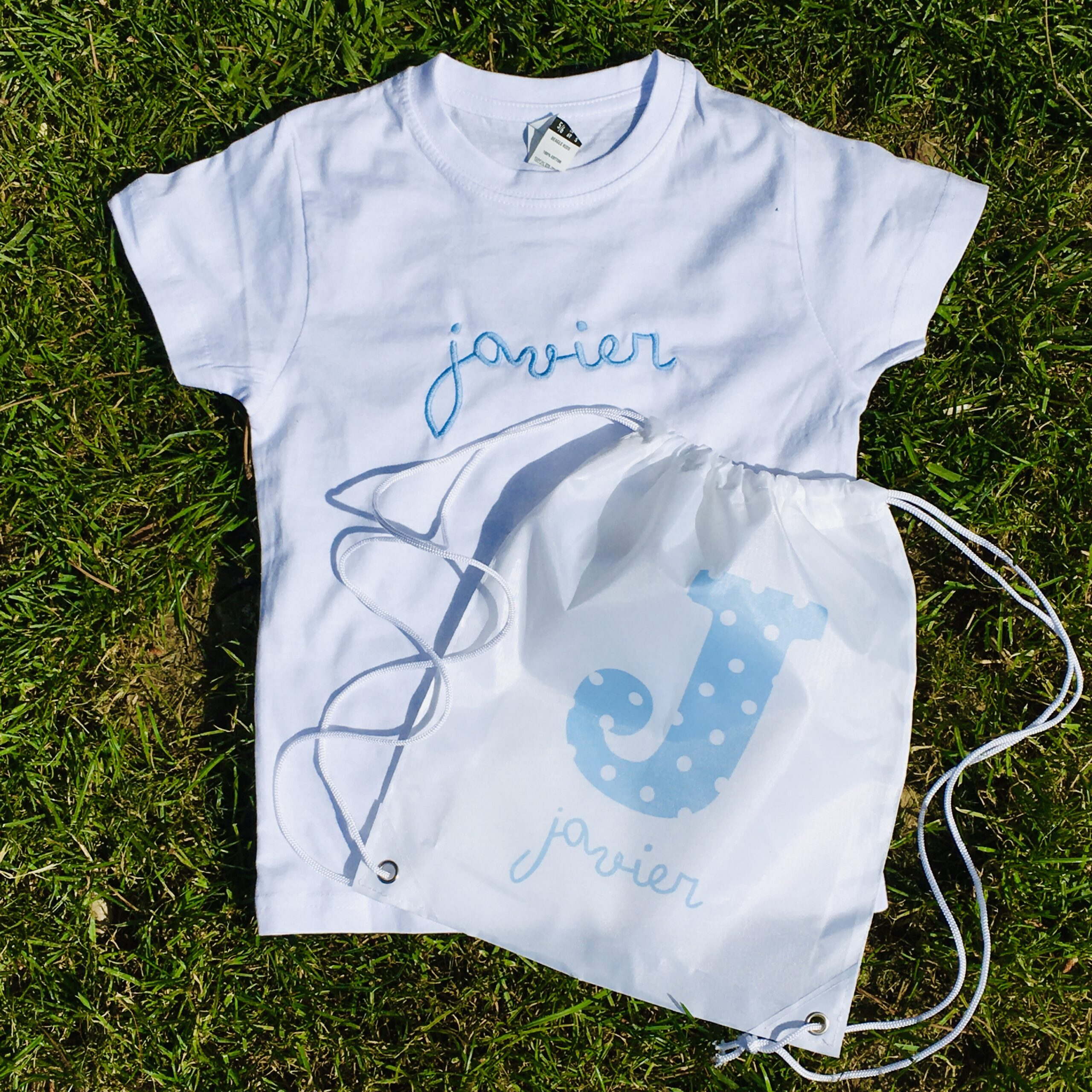 Camiseta con Nombre bordado y bolsa inicial en tinta
